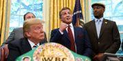 Sylvester Stallone närvarade när Donald Trump postumt benådade boxningsvärldsmästaren Jack Johnson. Susan Walsh / TT / NTB Scanpix