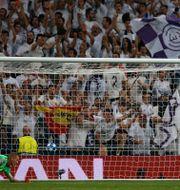 Real Madrids Gareth Bale gör mål på Romas Robin Olsen. Paul White / TT NYHETSBYRÅN/ NTB Scanpix