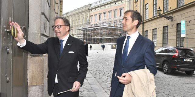 Akademiledamöterna Horace Engdahl och Mats Malm anländer till Börshuset för Svenska Akademiens torsdagsmöte för att rösta fram en ny ständig sekreterare. Claudio Bresciani/TT / TT NYHETSBYRÅN