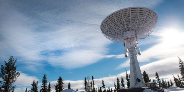 En antenn riktad mot rymden på den svenska rymdbasen Esrange.  Fredrik Sandberg/TT / TT NYHETSBYRÅN