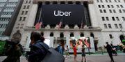 En banderoll med Ubers logga hänger utanför börsbyggnaden på Wall Street i samband med bolagets notering i maj.  Andrew Kelly / TT NYHETSBYRÅN