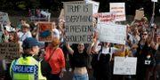 Demonstranter mötte paret Trump utanför Blenheim Palace på torsdagseftermiddagen.  PETER NICHOLLS / TT NYHETSBYRÅN