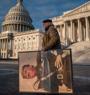 En anti-Trump-demonstrant utanför Capitolium. Arkivbild. J. Scott Applewhite / TT NYHETSBYRÅN