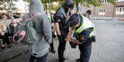 Arkiv från 2014, polisen visiterar personer som vill komma innanför avspärrningarna vid ett valmöte i Malmö. Drago Prvulovic / TT / TT NYHETSBYRÅN