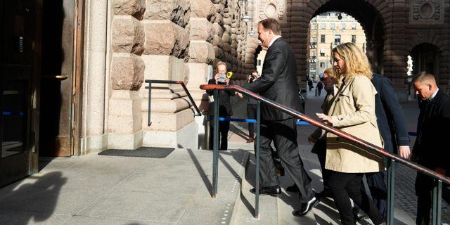 Löfven anländer till riksdagen inför ett möte med talmannen. Pontus Lundahl/TT / TT NYHETSBYRÅN