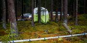 Polisens tekniker vid området runt Mulleberget i Ulricehamn, där en kvinna i 60-årsåldern hittades död. Thomas Johansson/TT / TT NYHETSBYRÅN