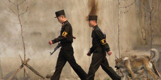 Nordkoreansak soldatera patrullerar. Arkivbild. Ng Han Guan / TT NYHETSBYRÅN