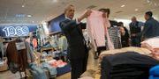 Arkivbild: Dåvarande presidenten Barack Obama tittar på kläder i samband med ett oannonserat besök i en Gap-butik på Manhattan.  Pablo Martinez Monsivais / TT NYHETSBYRÅN/ NTB Scanpix