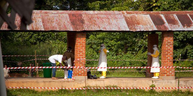 Sjukvårdspersonal väntar på att få behandla en person som misstänks ha smittats med ebola. Mark Naftalin / TT / NTB Scanpix