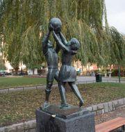 """Skulpturen """"Lek"""" av Bror Hjort. Fredrik Sandberg/TT / TT NYHETSBYRÅN"""