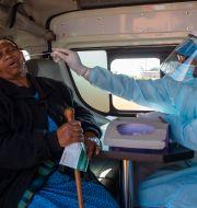 Virusprovtagning i Sydafrika. Themba Hadebe / TT NYHETSBYRÅN