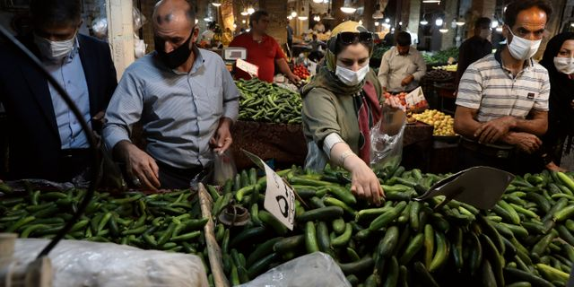 Människor handlar i basaren i staden Zanjan, väster om Teheran. Vahid Salemi / TT NYHETSBYRÅN
