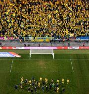 Spelare och supportrar efter matchen mot Kosovo.  SIMON HASTEGÅRD / BILDBYRÅN