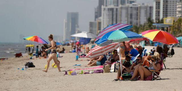 Mycket folk på Floridas stränder. Lynne Sladky / TT NYHETSBYRÅN