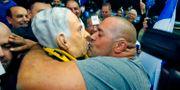 En Likudanhängare kysser en ansiktsmask som föreställer Natanyahu. JACK GUEZ / TT NYHETSBYRÅN