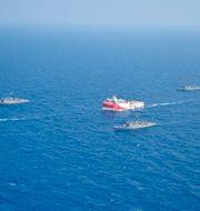 Det turkiska fartyget Oruc Reis, eskorterat av den turkiska flottan på en bild från det turkiska försvaret TT NYHETSBYRÅN