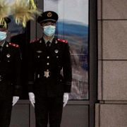 Paramilitary police officers wearing face masks to help protect from the coronavirus stand watch near a closed retail shop in Beijing, Thursday, Sept. 29, 2021. Andy Wong / TT NYHETSBYRÅN