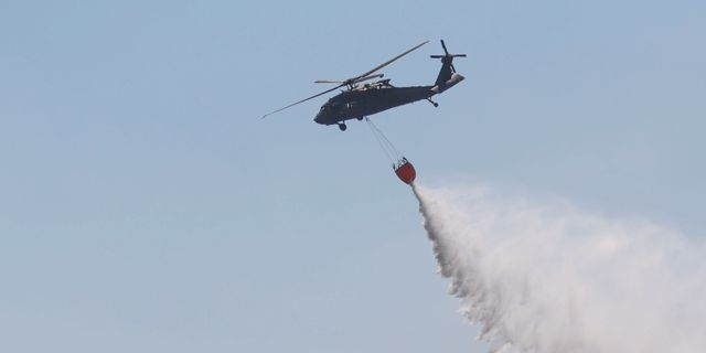 Branden bekämpas med helikopter. Arkivbild. Jeppe Gustafsson/TT / TT NYHETSBYRÅN