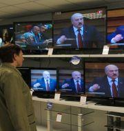Aleksandr Lukasjenko på tv-skärmar i en butik. Sergei Grits / AP Photo