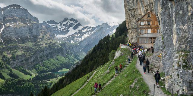 Berggasthaus Äscher har ett spektakulärt läge i en klippskreva, nära gränsen till Liechtenstein.  Kuhnmi/Wikicommons