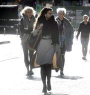 Människor promenerar i Helsingfors. HEIKKI SAUKKOMAA / TT NYHETSBYRÅN