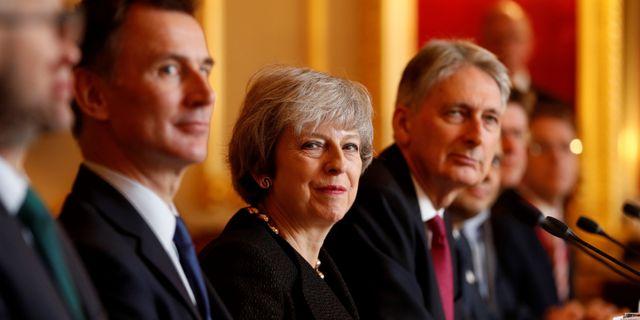 Jeremy Hunt till vänster om premiärminister Theresa May. ADRIAN DENNIS / POOL