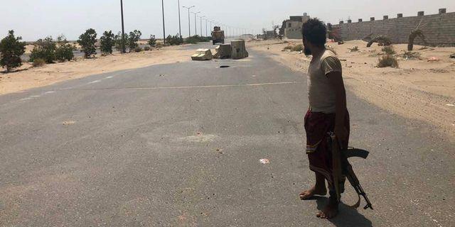 En soldat från regeringsstyrkorna uppbackade av den saudiskledda militäralliansen.  NABIL HASSAN / AFP
