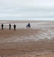 Fransk polis patrullerar en strand i Calais vid ett tidigare tillfälle. Michel Spingler / TT NYHETSBYRÅN