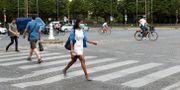 Människor på stan i Paris i veckan. Thibault Camus / TT NYHETSBYRÅN