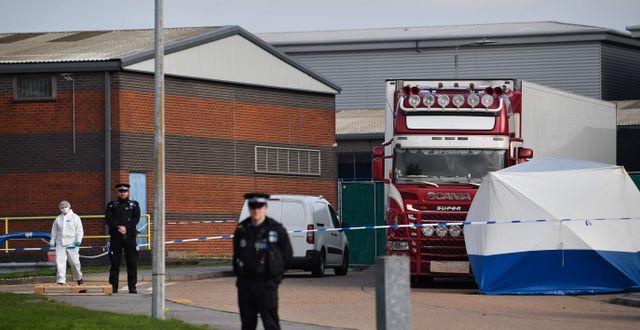 Polisen gör en teknisk undersökning av lastbilen.  BEN STANSALL / TT NYHETSBYRÅN