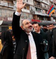 Premiärminister Nikol Pasjinian vinkar till supportrar i Armeniens huvudstad Jerevan/Arkivbild Tigran Mehrabyan / TT NYHETSBYRÅN