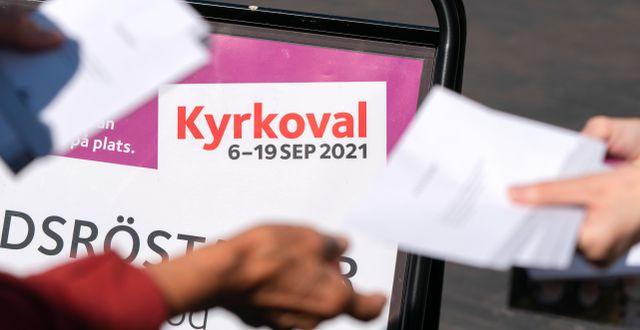 Valkuvert delas ut till röstande utanför en förtidsröstningslokal i Malmö. Johan Nilsson/TT / TT NYHETSBYRÅN