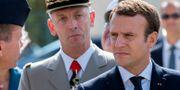 Emmanuel Macron. I bakgrunden den avgångne försvarsministern Pierre de Villiers. POOL / TT NYHETSBYRÅN