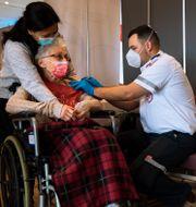 En israelisk kvinna får sin andra spruta av Pfizers vaccin.  Oded Balilty / TT NYHETSBYRÅN