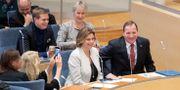 Löfven under statsministeromröstningen, flankerad av några av sina ministrar. Jessica Gow/TT / TT NYHETSBYRÅN