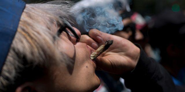 En man röker marijuana. Eduardo Verdugo / TT NYHETSBYRÅN