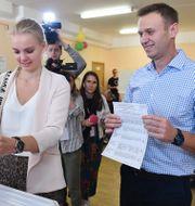 Aleksej Navalnyj och hans dotter Daria röstar. VASILY MAXIMOV / AFP