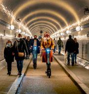 Människor i Hamburg i torsdags. Michael Probst / TT NYHETSBYRÅN