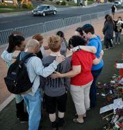 Arkivbild: Sörjande tröstar varandra en vecka efter att masskjutningen ägt rum i Las Vegas.  John Locher / TT / NTB Scanpix