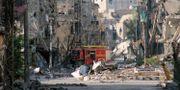 Arkivbild: En brandbil parkerad bland bråte och skadade byggnader i Deir Ezzor i östra Syrien.  AHMAD ABOUD / AHMAD ABOUD