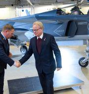 Arkivbild: Saab-chefen Jonas Hjelm tackar försvarsminister Peter Hultqvist framför den första serietillverkade JAS 39 Gripen E. Henrik Montgomery/TT / TT NYHETSBYRÅN