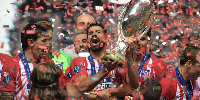 Diego Costa med pokalen. RAIGO PAJULA / AFP