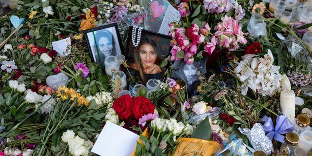 Ljus och blommor vid minnesplatsen på Sergels väg där Karolin Hakim sköts ihjäl. Arkivbild. Johan Nilsson/TT / TT NYHETSBYRÅN