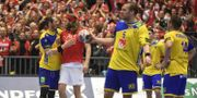 Kim Ekdahl du Rietz kramar om Danmarks Mikkel Hansen efter mellanrundan i Handbolls-VM mellan Danmark och Sverige. Fredrik Sandberg/TT / TT NYHETSBYRÅN