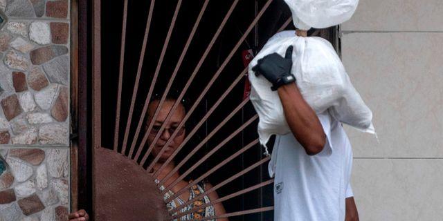 Volontärer leverar mat till fattiga i EL Chorillo i Panama City. LUIS ACOSTA / TT NYHETSBYRÅN