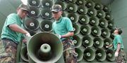 Arkivbild: Sydkoreanska soldater monterar ner propagandahögtalare som ett led i en förhandling år 2004 Lee Jin-man / TT NYHETSBYRÅN