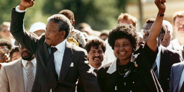 Winnie och Nelson Mandela lämnar fängelset 1990. Greg English / TT / NTB Scanpix