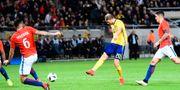 Ola Toivonen sätter 1–1-målet mot Chile. JONATHAN NACKSTRAND / AFP