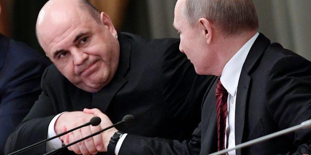 Rysslands nya premiärminister Michail Misjustin skakar hand med landets president Vladimir Putin. Alexei Nikolsky / TT NYHETSBYRÅN