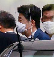 Shinzo Abe anländer till sjukhuset i Tokyo. TT NYHETSBYRÅN